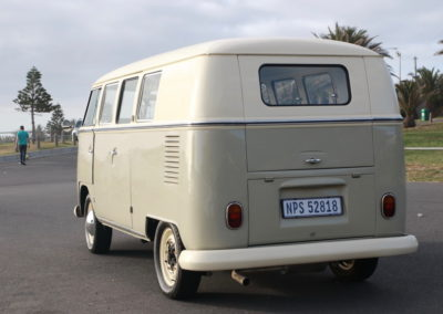 VW Bus 1963 Cream & Taupe Manual AS -006