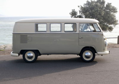 VW Bus 1963 Cream & Taupe Manual AS -007
