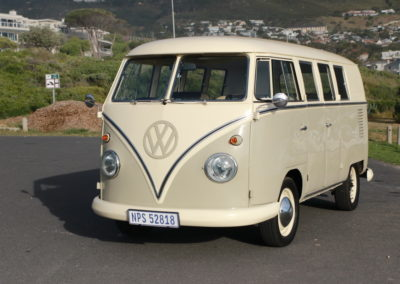 VW Bus 1963 Cream & Taupe Manual AS -008