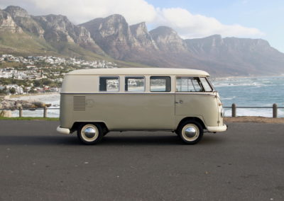 VW Bus 1963 Cream & Taupe Manual AS -010