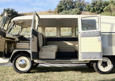 VW Bus 1963 Cream & Taupe Manual AS -011